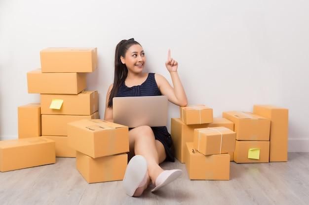 Владелец бизнеса работает с коробками