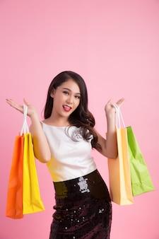 Портрет счастливой улыбкой женщины занимают хозяйственная сумка