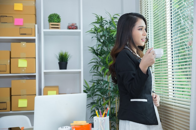 Владелец бизнеса, работающий в домашнем офисе