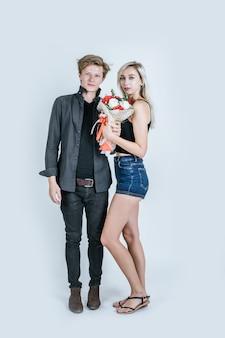 Портрет счастливой молодой пары любви вместе с цветком