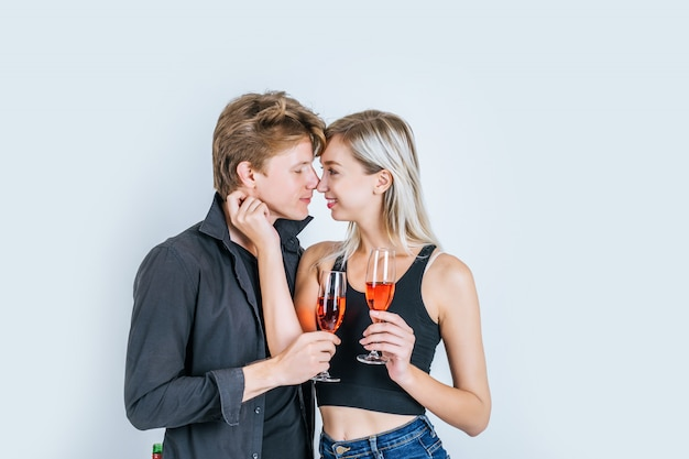 ワインを飲む幸せな若いカップルの肖像画
