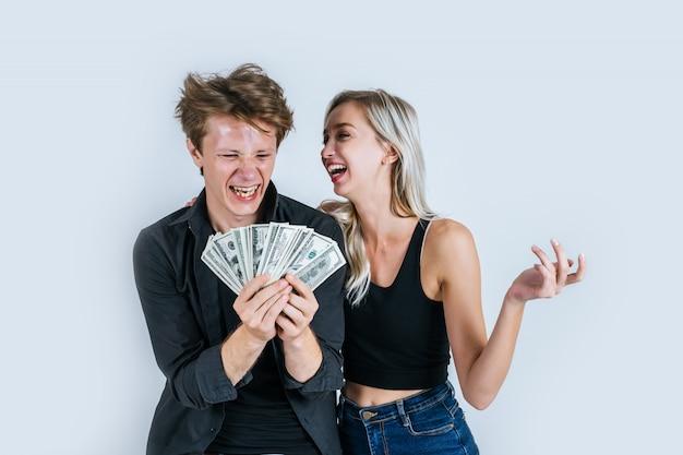 Счастливая пара показывает доллар банкноты сделать бизнес