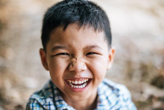 クローズアップの幸せそうな顔の少年