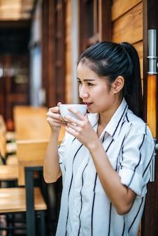 Портрет красивой азиатской женщины отдохнуть в кафе