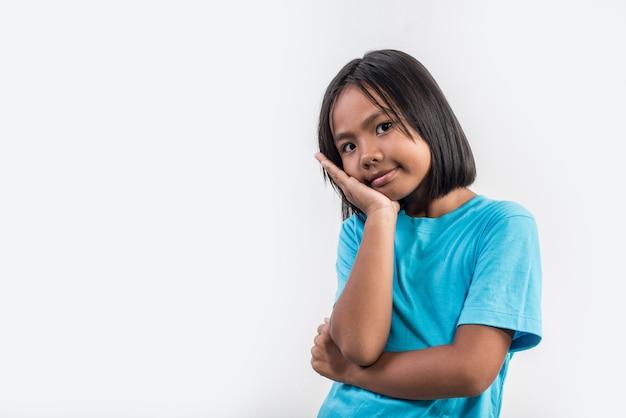 Маленькая девочка думает в студии выстрел