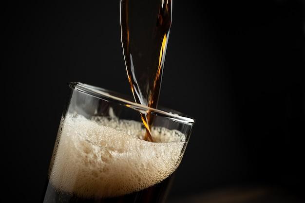 木の上の黒ビール。