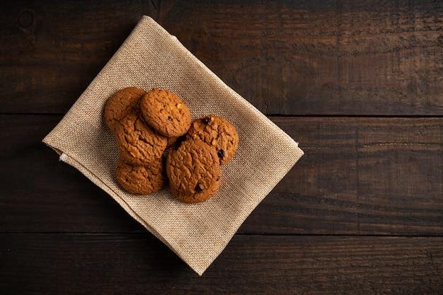 木のテーブルにクッキー。