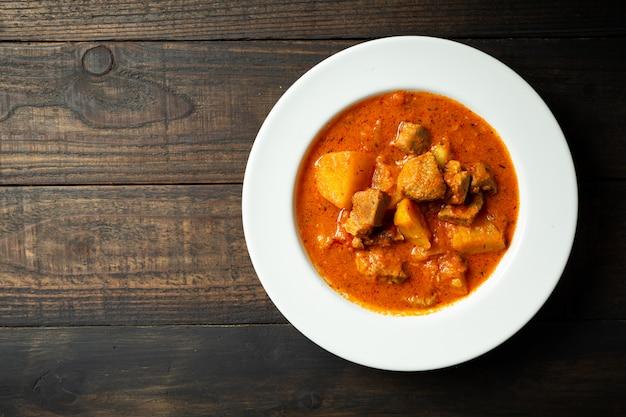 木のグーラッシュスープ。