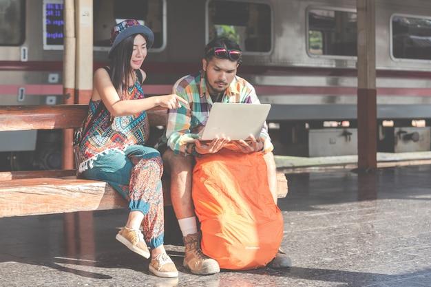 観光客、観光スポットを見つけるためにタブレットを見ているカップル。