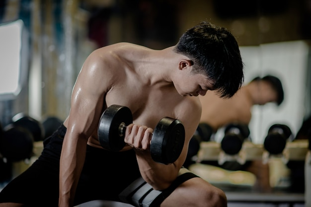 Сильный культурист с идеальными дельтовидными мышцами