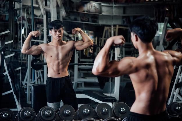 筋肉の若いフィットネススポーツ男