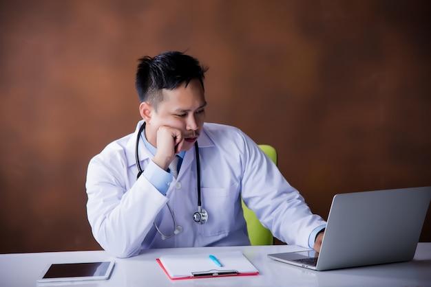 医者のラップトップコンピューターでの作業
