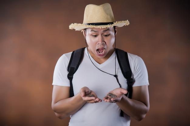 若いアジア旅行バックパッカーバッグと帽子