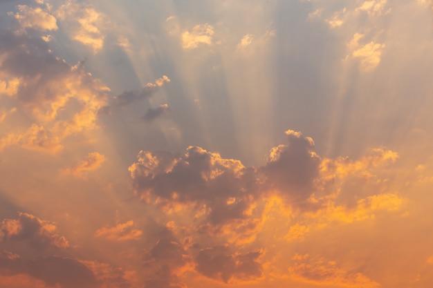 夕方の空の背景。