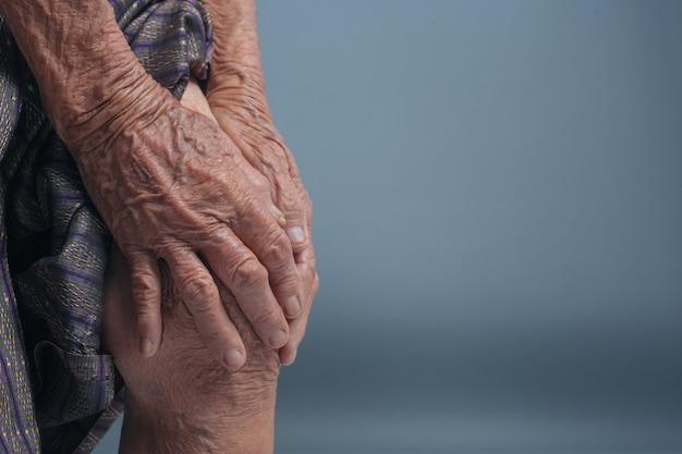痛みを持つ高齢者の女性。