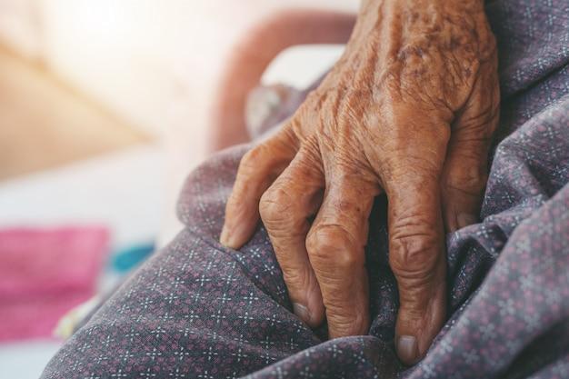 Старая женщина мышечной боли.