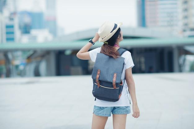 Красивая девушка прогуливается по улице города. путешествие в таиланд