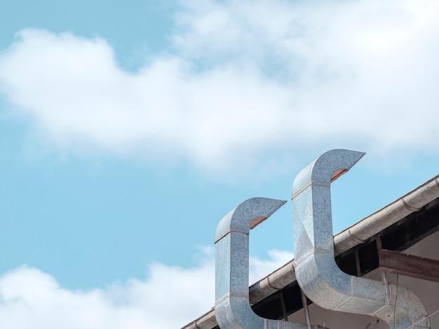 金属製の煙突と空
