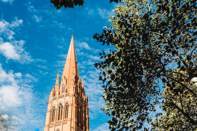教会とメルボルンの青い空