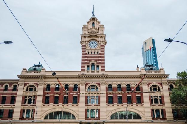 古典的な駅と時計