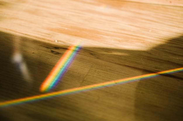 木製のテーブルの上に虹の光