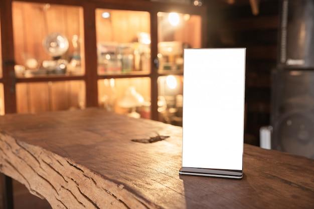 木製のテーブルの上にメニューフレーム立って