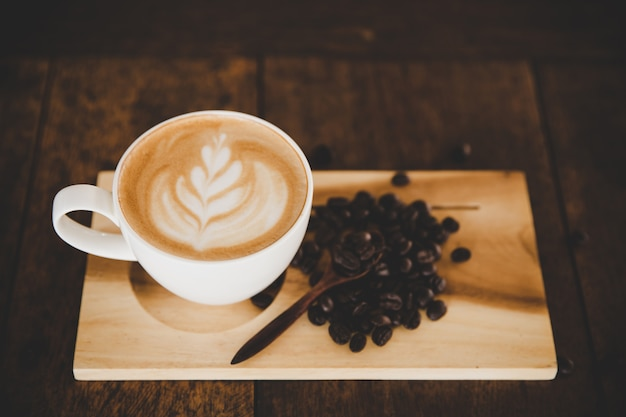 Чашка кофе латте на деревянный стол в кафе кафе
