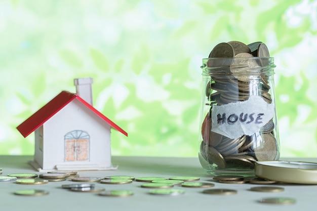 ガラス瓶の中の家のためのお金の節約。