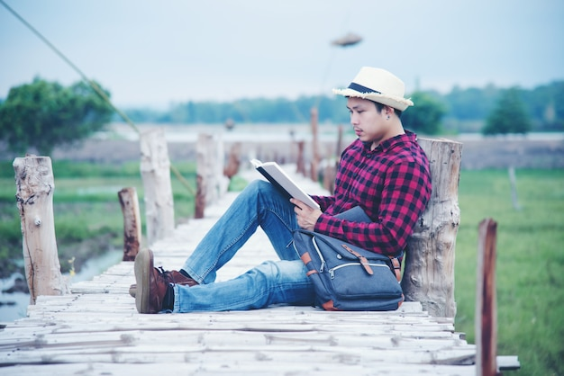 ハンサムな男は旅行の自然の中でリラックス