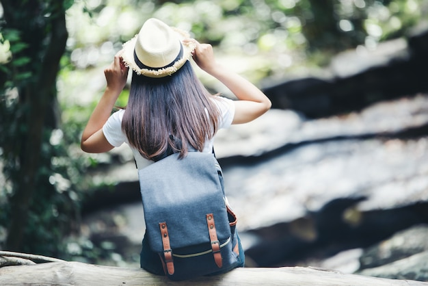 ライフスタイル美人休暇中に野生の旅行ハイキングで旅行する幸せなねじれ。