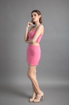 夏のドレスの美しい若い女性