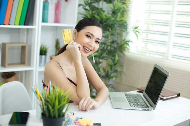 クレジットカードで支払いアジアの若い女性