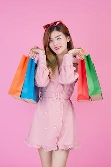 少女はファッションの買い物袋と美しさを保持しています