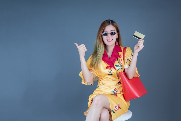 スマートカードとお金を保持している女性。