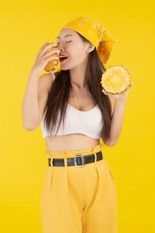 パイナップルを保持している美しい女性