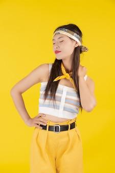 Модная девушка одевается с жестом руки