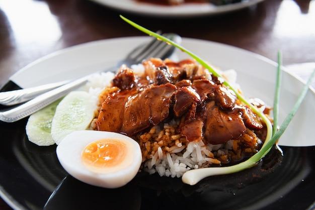 赤い豚肉とご飯 - 有名なタイ料理レシピ