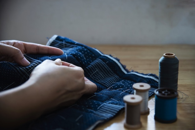 Урожай женщина, шитье ткани вручную с набором вышивки на деревянном столе - люди и поделки ручной работы концепции домашнего хозяйства