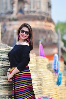 チェンマイランナータイの屋外観光地でカラフルな北部タイ風衣装で中年のタイ人女性
