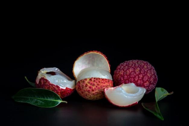 赤いライチ果実をかごに入れました。