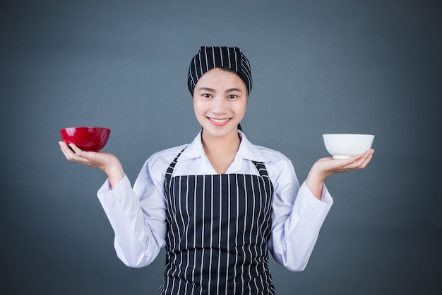 Домохозяйка держит пустую тарелку с едой
