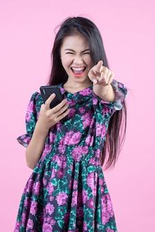 Девочка-подросток показывает телефон и эмоции на лице