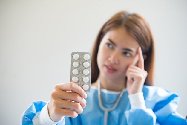 看護師が薬を与える