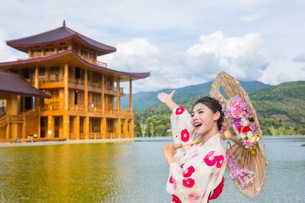 日本の着物、伝統的な衣装のコンセプトを身に着けている美しいアジアの女性。