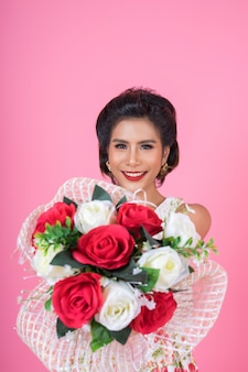 幸せなファッションの女性と花束