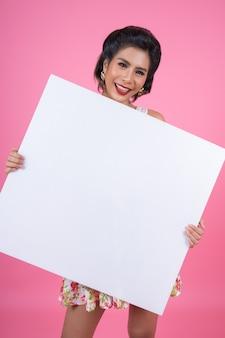 Портрет женщины моды показывая белое знамя