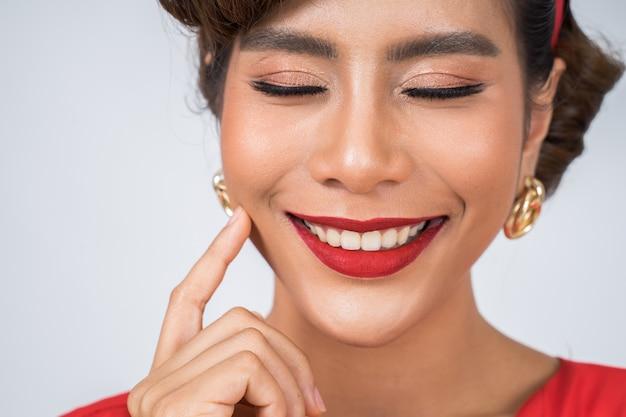 ファッション女性赤い唇の大きな笑顔を閉じる