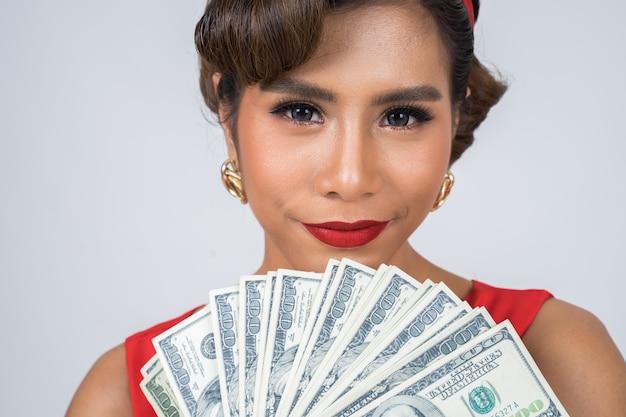 Счастливая мода красивая женщина рука доллар деньги