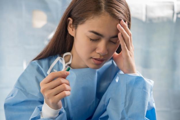 Женщина, держащая таблетки принимать лекарства в соответствии с приказом врача