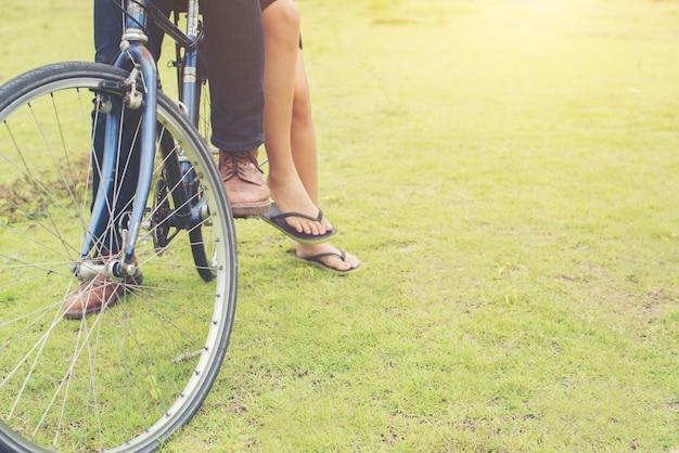 若い自転車の足の楽しさ反対